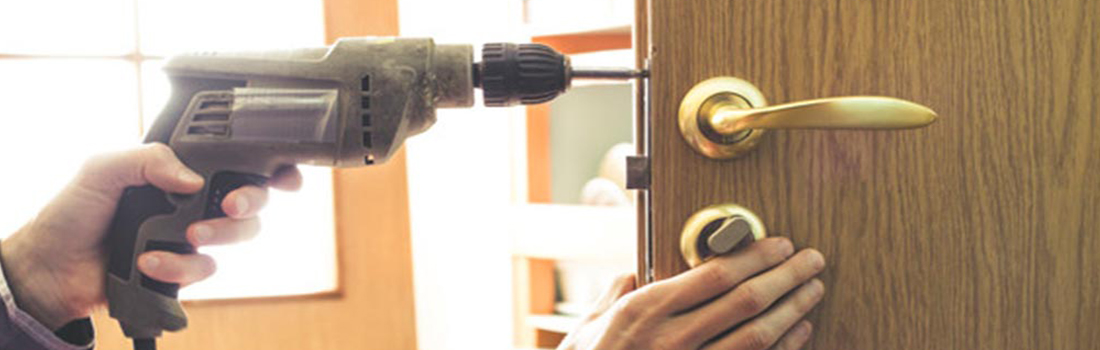 https://www.res-qlocksmiths.com.au/wp-content/uploads/2019/12/broken-door-3.jpg